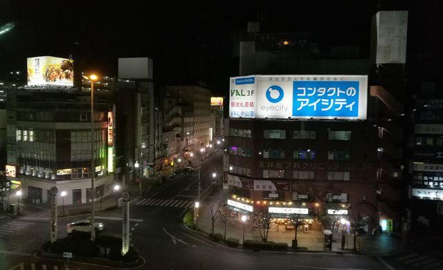 小山の駅前